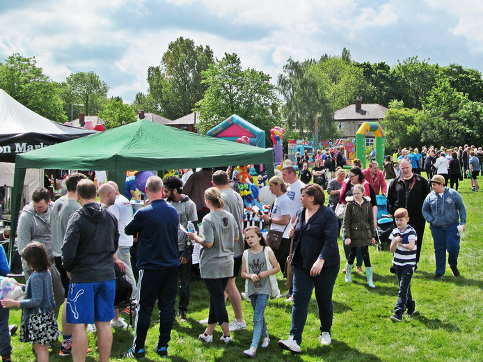 W.A.C.O It's A Knockout 2016 Westhoughton - Crowds peruse the many stalls.