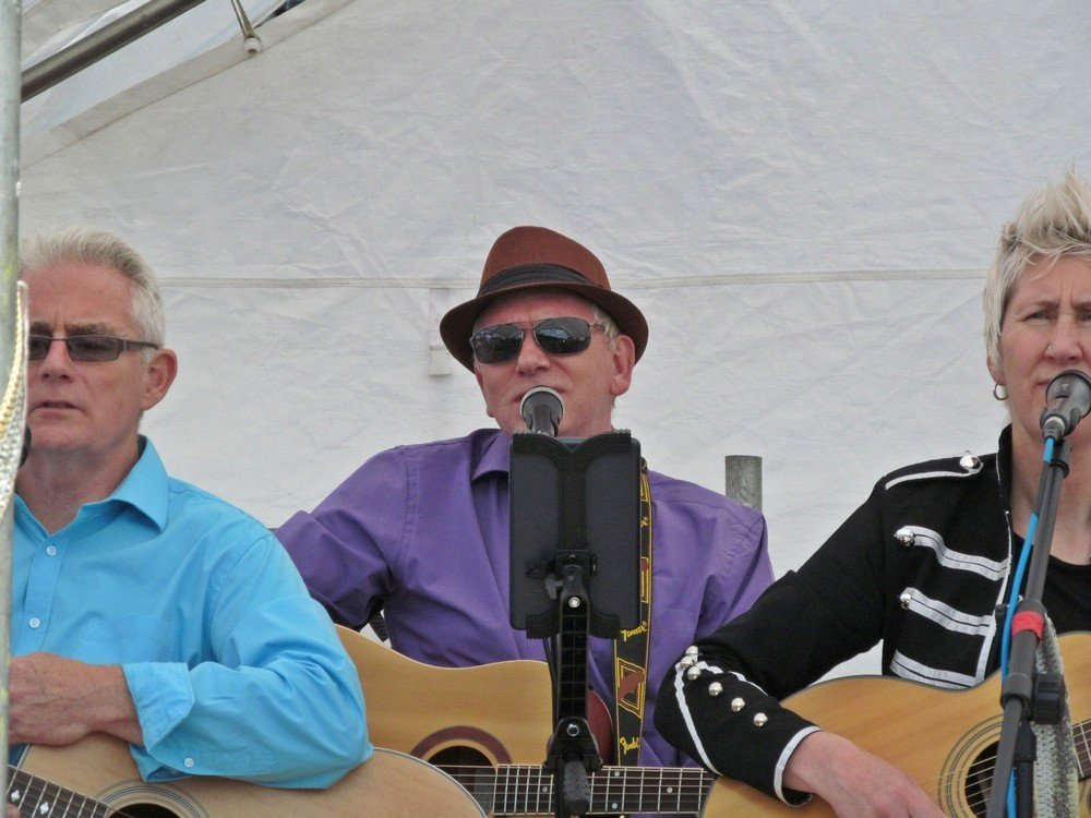 Westhoughton Yarn Bombing Festival 4th / 5th July 2015 - Travellin' Strings perform more sing-a-long favourites